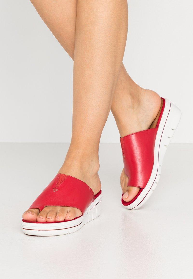 Marco Tozzi - Pantofle na podpatku - chili