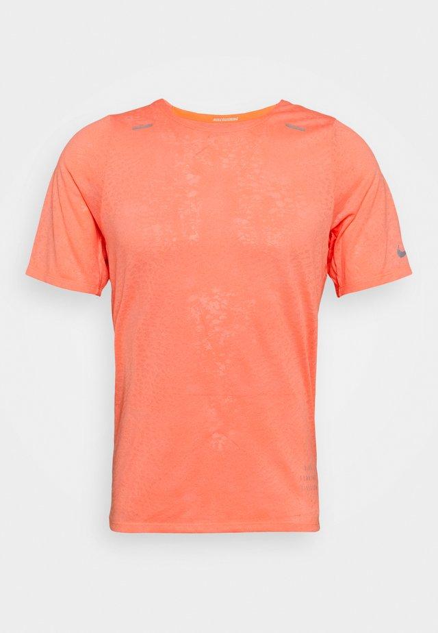 Print T-shirt - bright mango/white/reflective silver