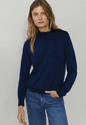 MIT SEITLICHER SCHLEIFE AM AUSSCHNITT  - Sweatshirt - dark blue