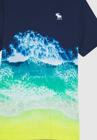 Abercrombie & Fitch - PHOTOREAL ALL OVER - T-shirt z nadrukiem - navy - 2