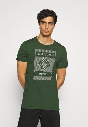EASON - T-shirt med print - pineneedle