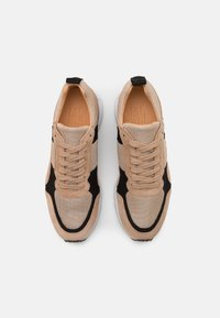 Billi Bi - Sneakersy niskie - beige/black/gold - 5