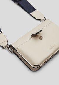 s.Oliver - Across body bag - light grey - 5
