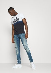 Hollister Co. - OMBRE LOGO - Print T-shirt - white/navy - 1