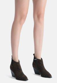 Ekonika - Ankle boots - zebra-oliv - 0