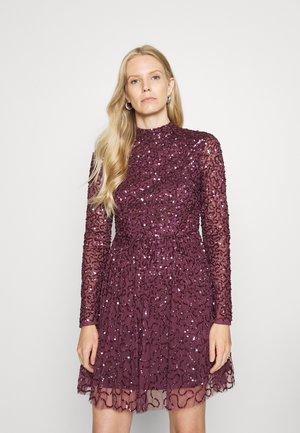 ALL OVER EMBELLISHED HIGH NECK MINI DRESS - Sukienka koktajlowa - berry