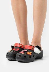 Crocs - CLASSIC CRUELLA PLATFORM  - Mules - black - 0
