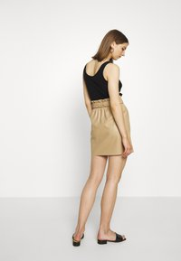 Vero Moda - VMAWARDBELT SHORT COATED SKIRT - Jupe trapèze - beige - 2