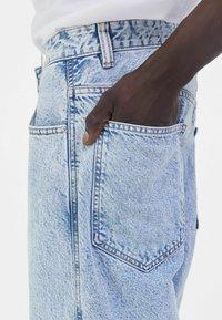 Bershka - Flared Jeans - blue denim - 3