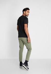 adidas Performance - CITY BASE DESIGNED4TRAINING SPORT PANTS - Pantaloni sportivi - green - 2