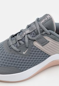 Nike Performance - MC TRAINER - Sportschoenen - smoke grey/hydrogen blue/pink oxford/college grey/white/pale coral - 5