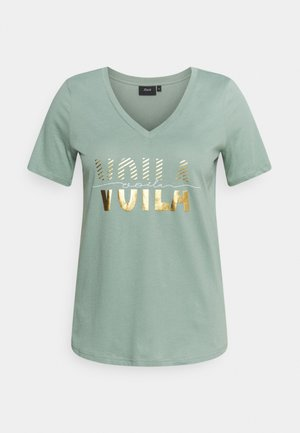 SHAPED TEE WITH V NECK - Triko s potiskem - chinois green