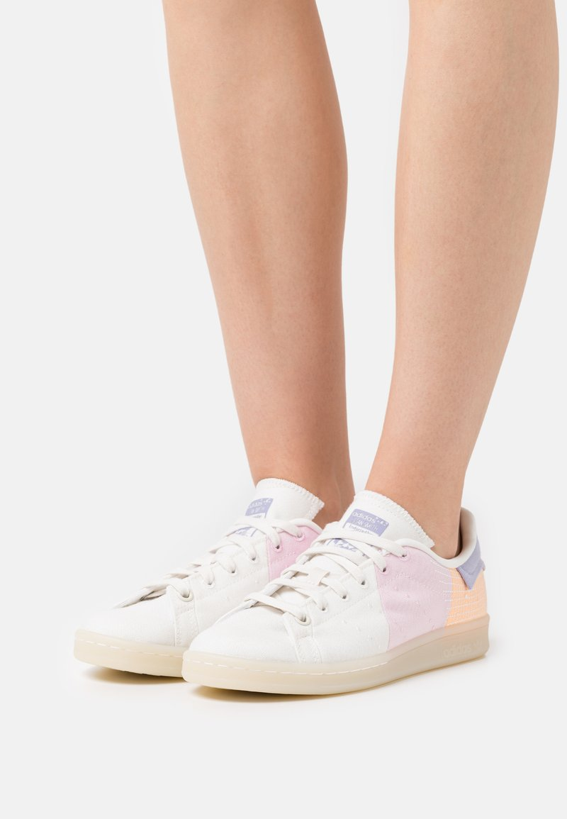adidas Originals - STAN SMITH PRIMEBLUE - Trainers - offwhite/classic pink/acid orange