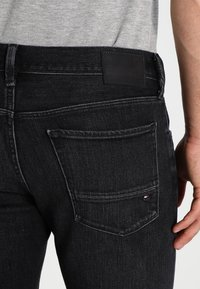 Tommy Hilfiger - BLEECKER - Straight leg jeans - washed black - 4