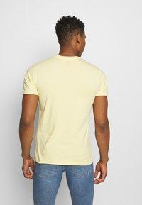 Levi's® - BOXTAB GRAPHIC TEE UNISEX - Camiseta estampada - yellows/oranges - 2