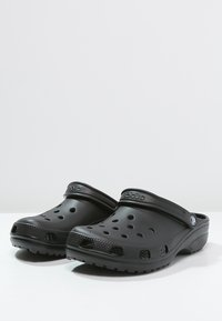 Crocs - CLASSIC UNISEX - Badesandaler - schwarz - 2