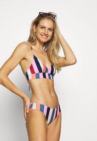 O'Neill - WAVE MIX - Bikini top - red/blue - 1