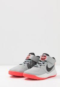 Nike Performance - TEAM HUSTLE 9 UNISEX  - Basketbalové boty - light smoke grey/black/laser crimson - 3