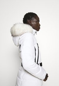 MICHAEL Michael Kors - COLOR BLOCKED BELTED PUFFER COAT - Winter jacket - white/black - 5