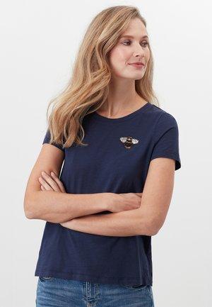 MIT RUNDHALSAUSSCHNITT CARLEY  - Print T-shirt - französisch marineblau