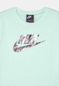 Nike Sportswear - T-shirt z nadrukiem - barely green - 2