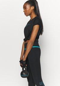Nike Performance - ICON CLASH RUN  - T-shirt med print - black/silver - 3