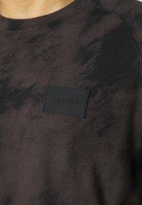 Calvin Klein - CLOUD - Print T-shirt - black - 4