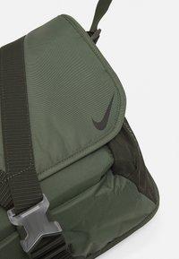 Nike Sportswear - SPORTSWEAR ESSENTIALS UNISEX - Borsa a tracolla - sequoia/oil green/black - 3