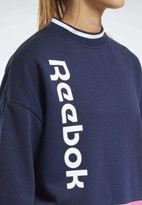 Reebok - TRAINING ESSENTIALS LOGO CREW SWEATSHIRT - Sweatshirt - blue - 5
