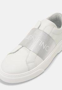 Valentino by Mario Valentino - Zapatillas - white/silver - 4