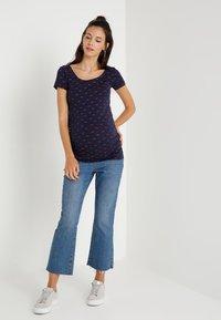 Zalando Essentials Maternity - Camiseta estampada - peacoat/burnt henna - 1