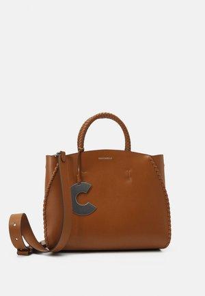 CONCRETE INFILATURE - Handbag - caramel