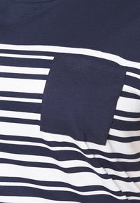 CAPSULE by Simply Be - CURVED HEM TEE WITH BUTTON DETAIL - T-shirts med print - black/ivory stripe - 4