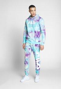 Fila - PURE AOP - Teplákové kalhoty - lilac batik allover - 1