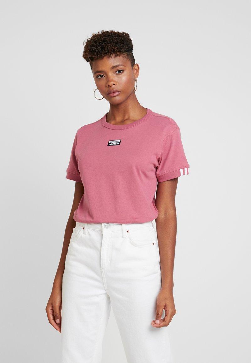 adidas Originals - RETRO LOGO TEE - T-shirt med print - trace maroon