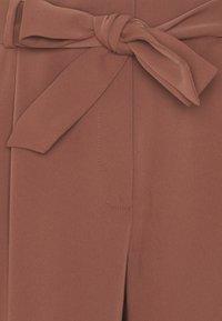 Forever New Petite - SADIE TIE WAIST SLIM PANTS - Spodnie materiałowe - clay - 2