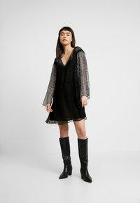 Stevie May - DO NO WRONG MINI DRESS - Denní šaty - black - 1