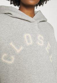 CLOSED - HOODIE WITH WHITE LOGO ACROSS CHEST - Sweatshirt - grey - 4