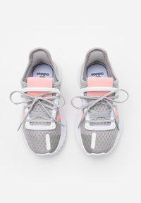adidas Originals - PATH RUN  - Tenisky - grey two/glow pink/footwear white - 3