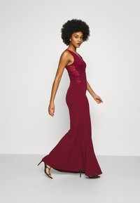WAL G. - SLEEVELESS V NECK DRESS WITH SIDES - Occasion wear - wine - 3
