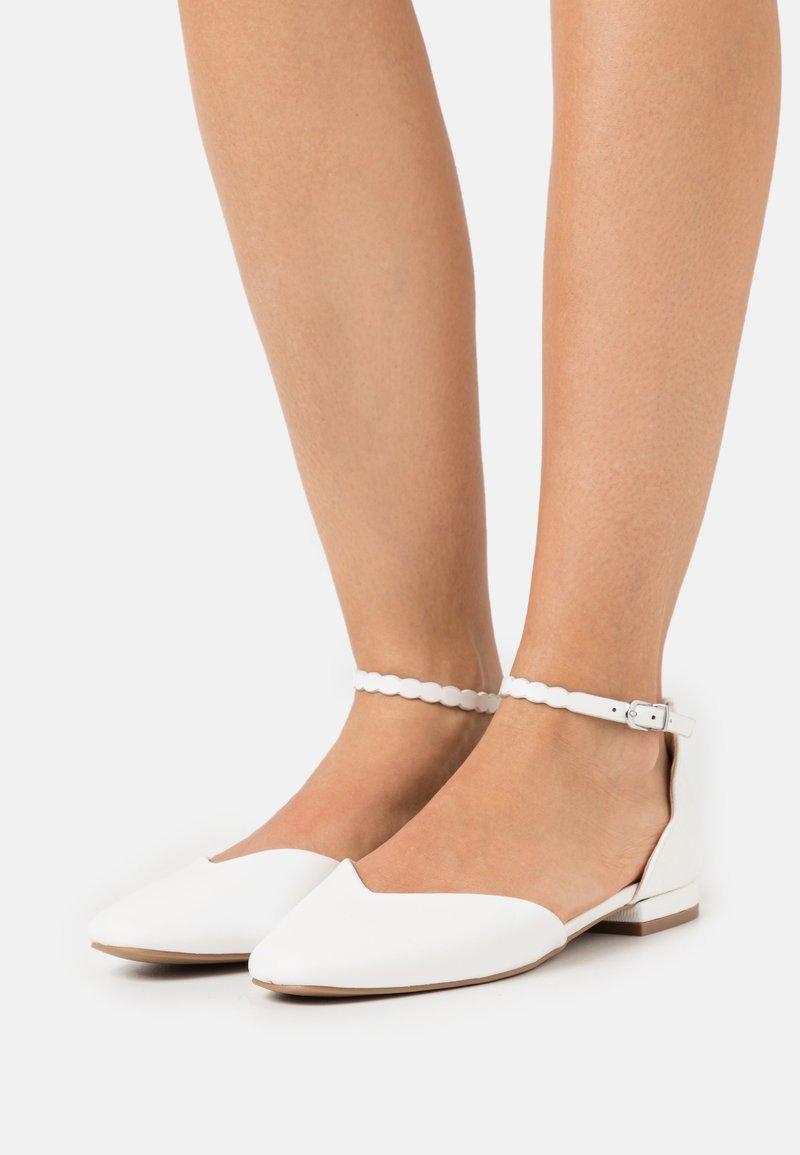 Wallis - BAKER - Ballerinat nilkkaremmillä - white