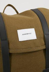 Sandqvist - STIG - Batoh - dark olive with black - 7