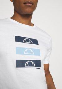 Ellesse - JACE - Print T-shirt - white - 4