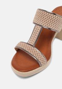 Mis Pepas - Pantofle na podpatku - sand/hardy - 5