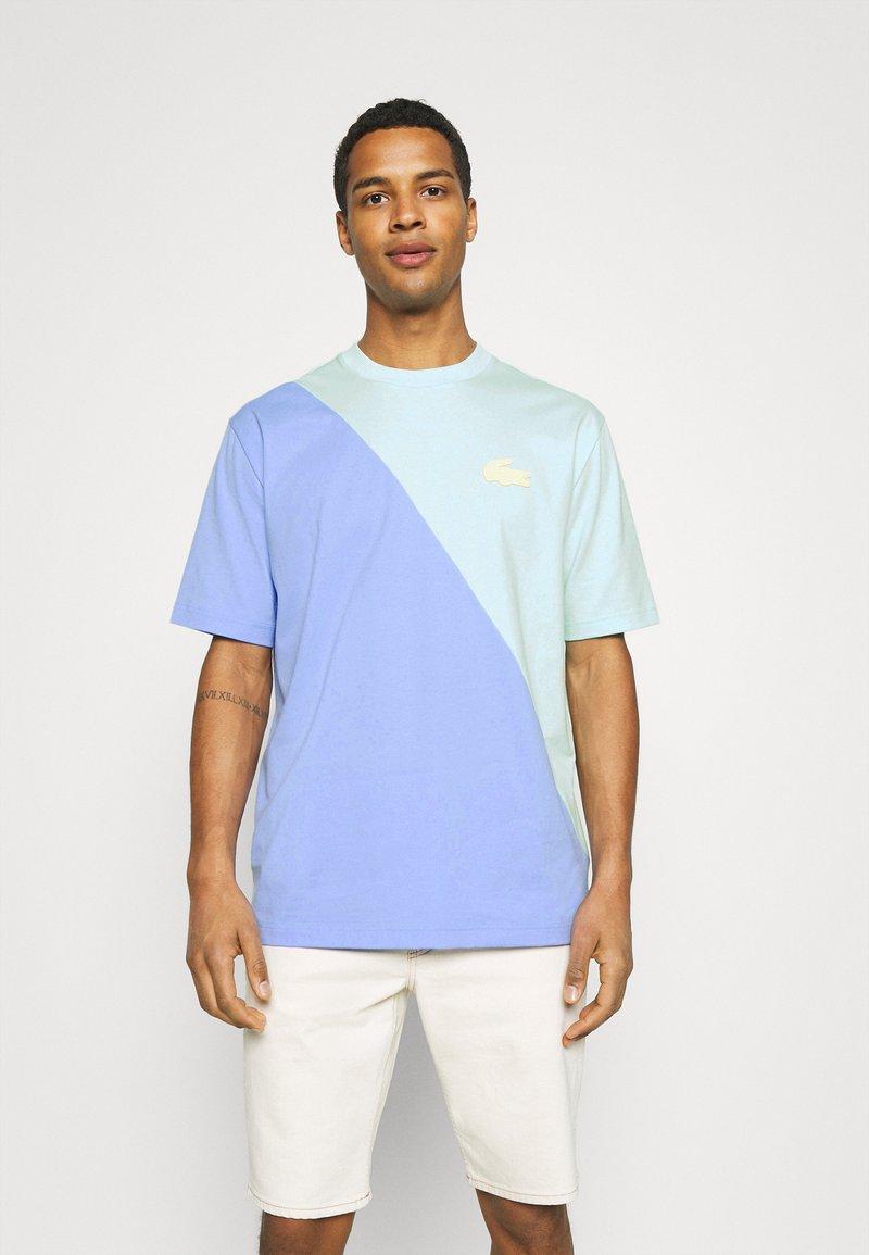 Lacoste LIVE - UNISEX - Print T-shirt - syringa/nattier blue