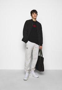 Han Kjøbenhavn - BOXY TEE FRONT - Print T-shirt - faded black/red - 1