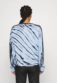 Proenza Schouler White Label - MODIFIED RAGLAN TIE DYE - Sweatshirt - light chambray/navy - 2