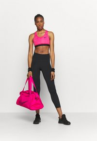 Nike Performance - BAND BRA NON PAD - Sport-BH mit mittlerer Stützkraft - fireberry/pure/black - 1