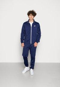 Nike Sportswear - SUIT BASIC - Træningssæt - midnight navy/white - 0