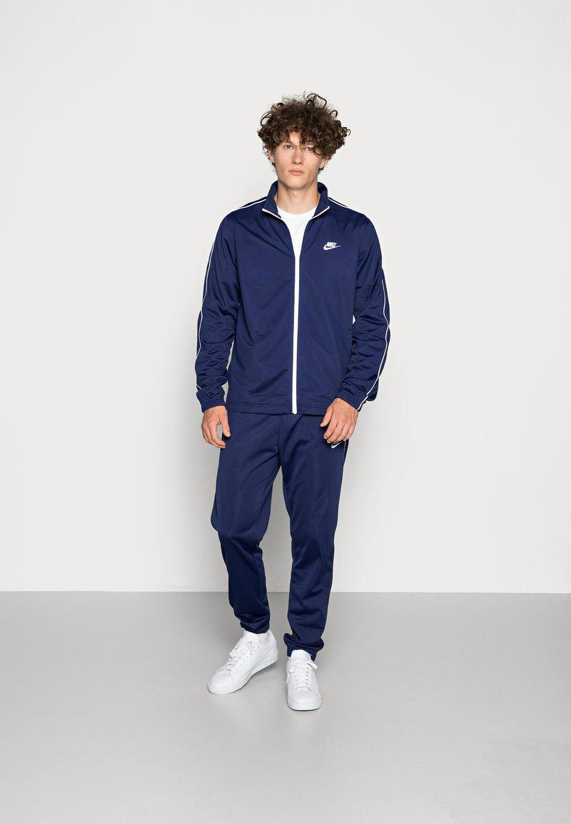 Nike Sportswear - SUIT BASIC - Træningssæt - midnight navy/white